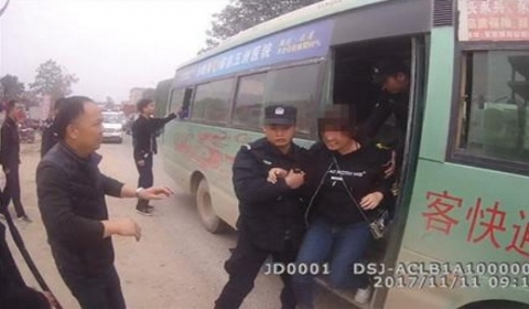 男子持刀劫持客车  警方利用互换人质过程成功制服嫌疑人