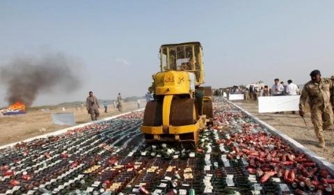 巴基斯坦警卫队销毁大批非法酒精制品及走私毒品
