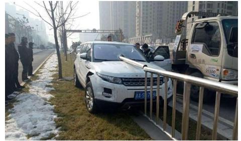 轿车失控撞路边 护栏直插驾驶室贯穿全车